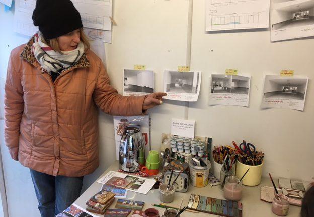 Die Künstlerin, Anne Ochmann zeigt die Entwürfe für die vier Durchgänge